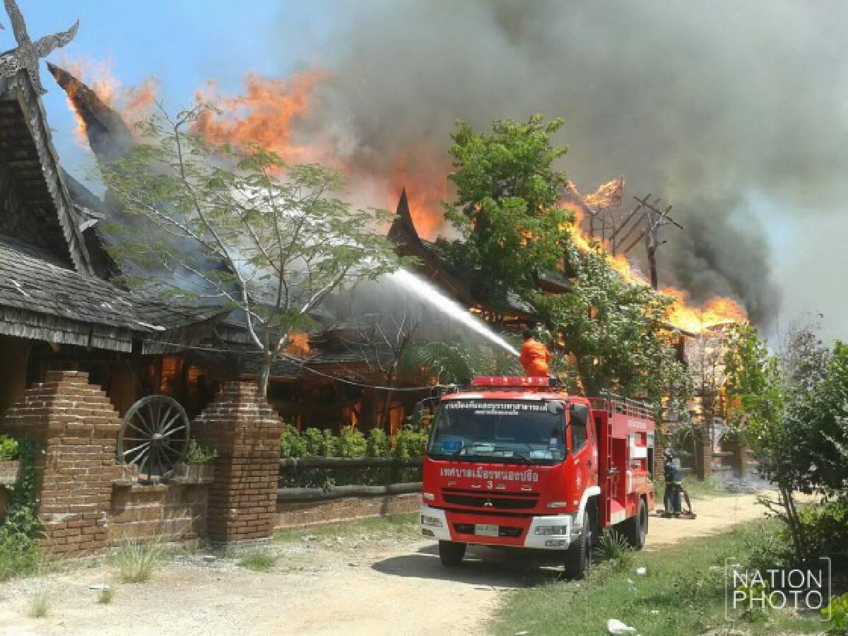"""เพลิงพิโรธ! ไหม้เรือนไทย """"บ้านพญาไม้""""  เมืองพัทยา วอดทั้งหลัง  สูญกว่า 100 ล้าน"""