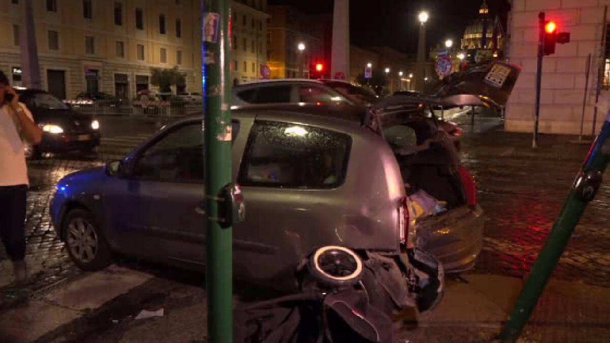 รถเสียหลักชนคนย่านวิหารเซนต์ปีเตอร์ในกรุงโรม