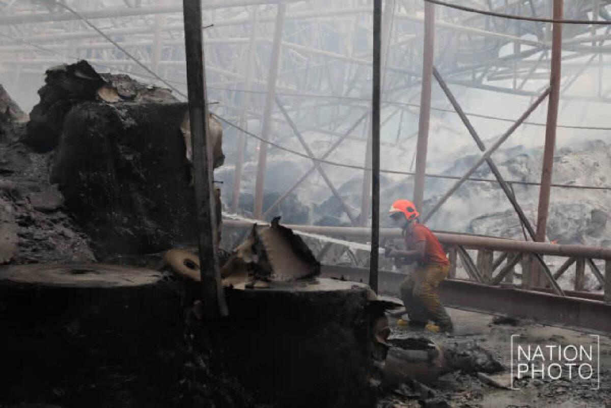 เหตุเพลิงไหม้โรงงานกระดาษ ไฟยังคงปะทุ มีเศษหลังคาตกหล่น