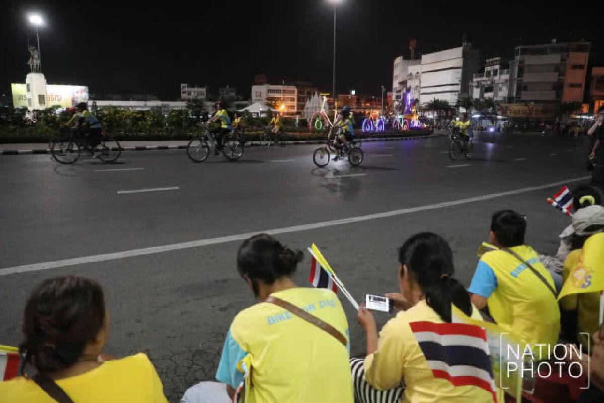 (ภาพชุด 2) สมเด็จพระเจ้าอยู่หัว ทรงปั่นจักรยานนำขบวนประชาชนในกิจกรรม