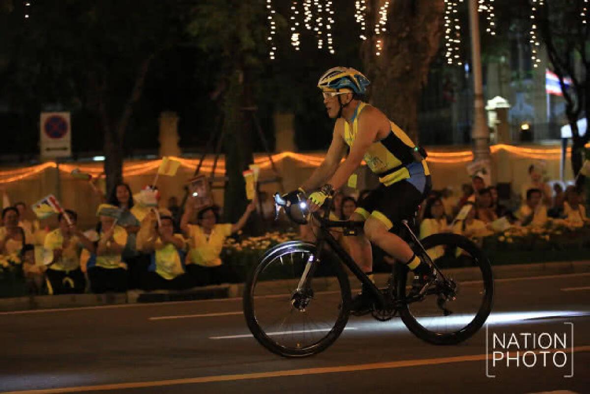(ภาพชุด) สมเด็จพระเจ้าอยู่หัว ทรงปั่นจักรยานนำขบวนประชาชนในกิจกรรม