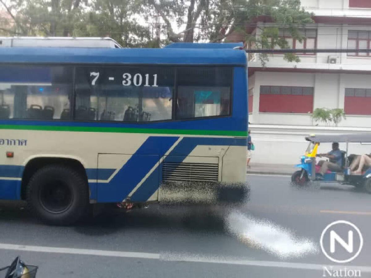 หนุ่มต่างชาตคิดสั้นกระโดดให้รถเมล์ชน...ดับคาถนน