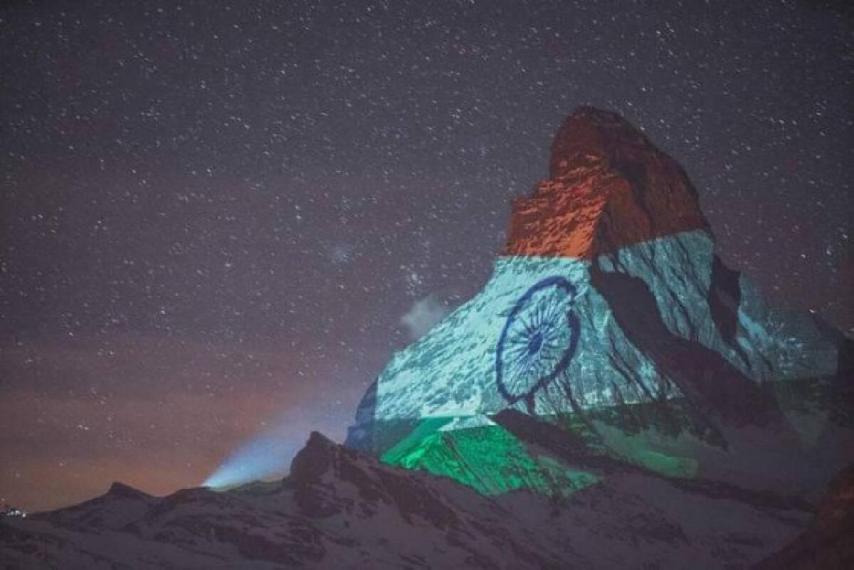 """""""สวิตเซอร์แลนด์"""" ฉายภาพ """"ธงชาติไทย"""" บนยอดเขา """"มัทเทอร์ฮอร์น"""" ส่งกำลังใจสู้โควิด-19"""