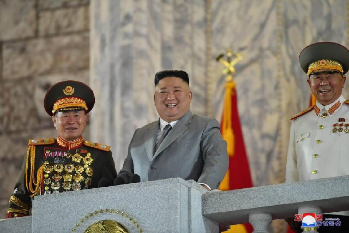 """เกาหลีเหนืออวดโฉม """"ขีปนาวุธข้ามทวีป"""" รุ่นใหม่ล่าสุด!"""