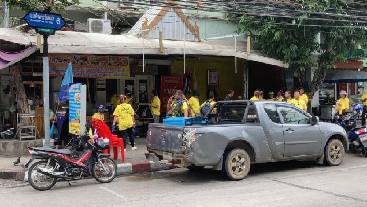 ประชาชนสวมเสื้อเหลือง ปักหลักบาทวิถี หวังเฝ้ารับเสด็จ
