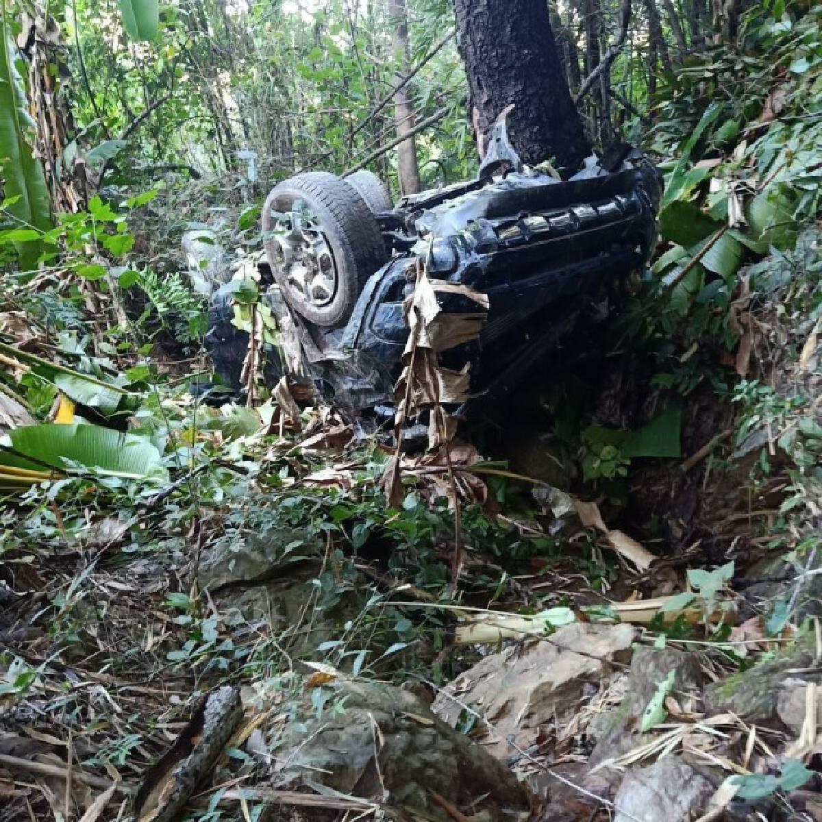 2หนุ่มขับรถตกเหวลึก-รอดตายปาฏิหาริย์