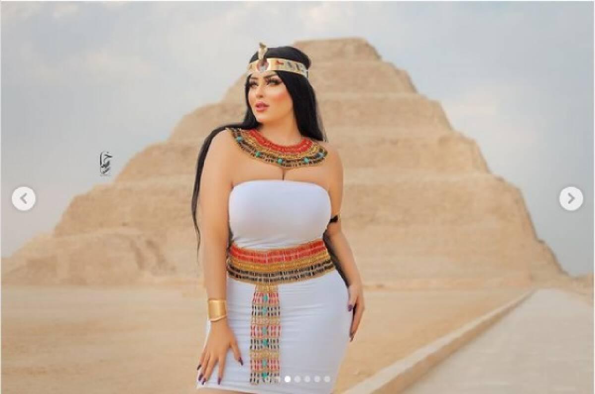 จับเน็ตไอดอลทรงโตของอียิปต์โพสต์ภาพถ่ายคู่ปิรามิด