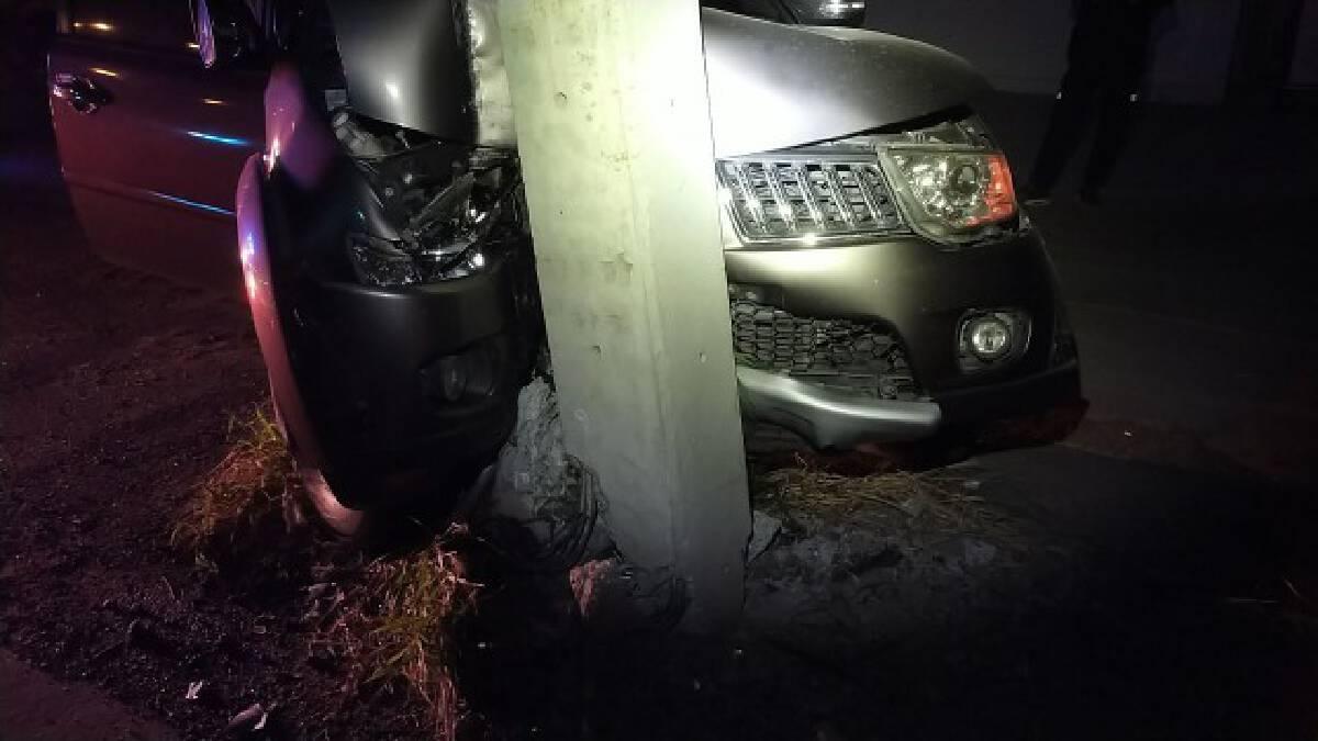 หนุ่มขับรถยนต์ชนเสาไฟฟ้าหักรอดปาฏิหาริย์