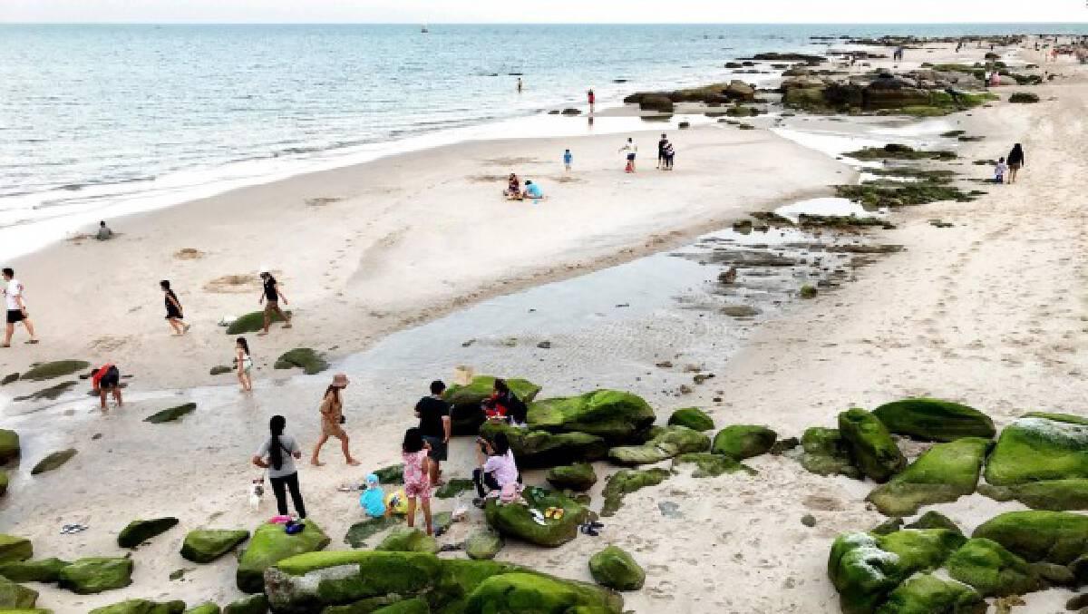 """นักท่องเที่ยวแห่เซลฟี่ """"ชายหาดหัวหิน"""" โขดหินนับร้อยก้อนโผล่ชายหาด"""