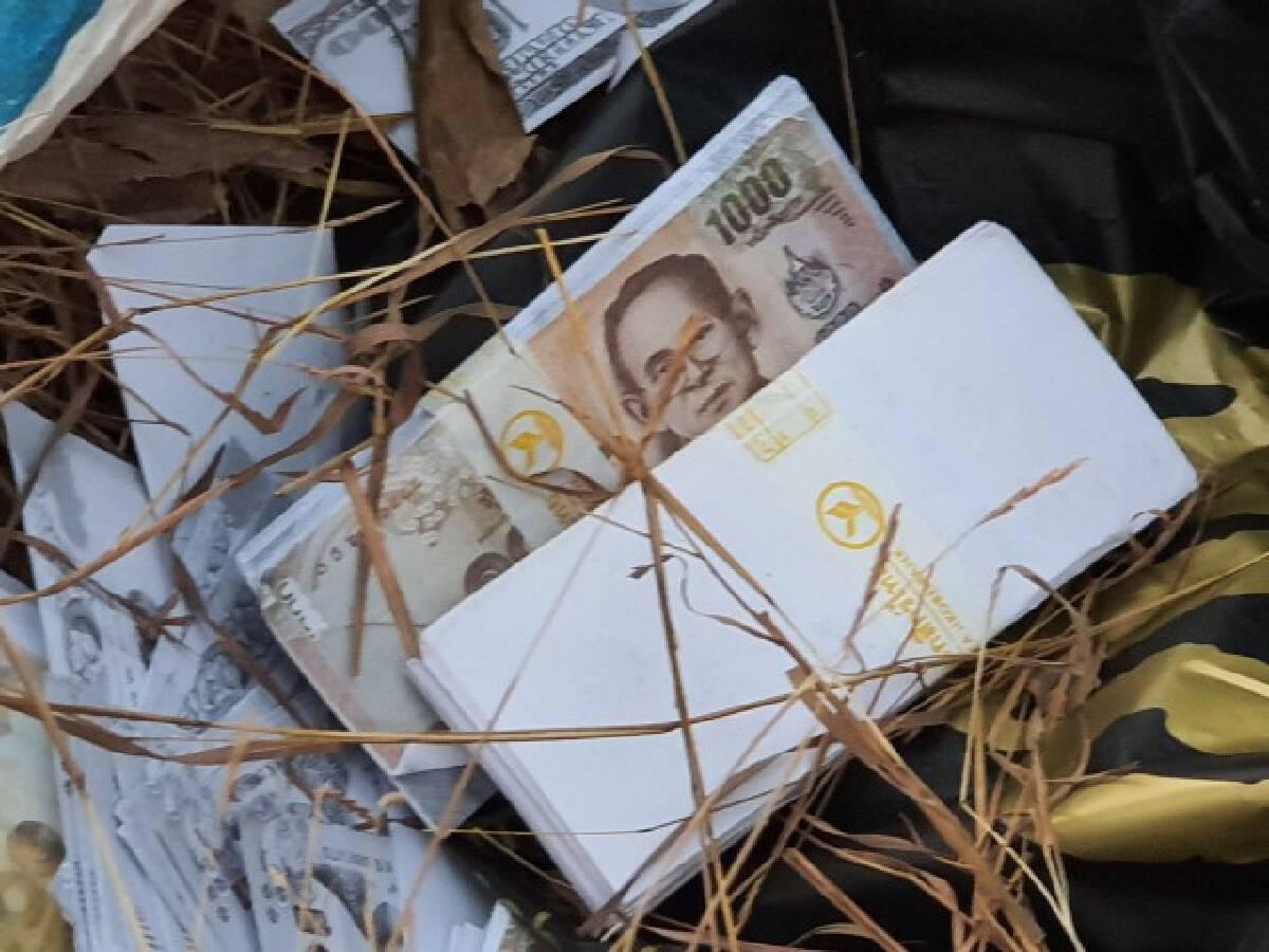ชาวบ้านพบถุงปริศนากลางทุ่งนา ตลึงธนบัตรปลอมแบงค์พันเป็นฟ่อน