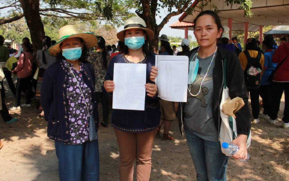 ชาวบ้านชูป้ายค้านคำสั่งผู้อำนวยการโรงเรียนกลับคืนตำแหน่ง