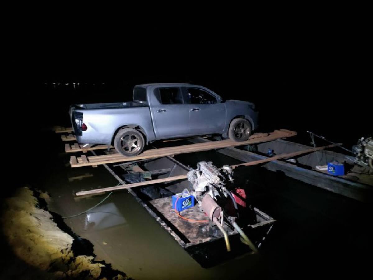 นรข. ยึดรถยนต์คาแพเรือ ริมแม่น้ำโขง