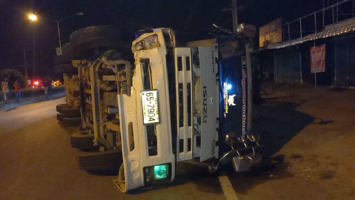รถสิบล้อบรรทุกหมูชนกระบะ หมู130ตัวเทกระจาดเต็มถนน
