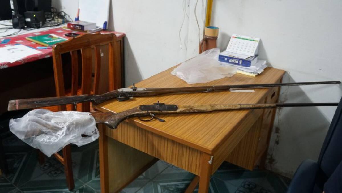 หยิบปืนแก๊ปขึ้นถามหาเจ้าของ ลั่นใส่เพื่อนบ้านดับ