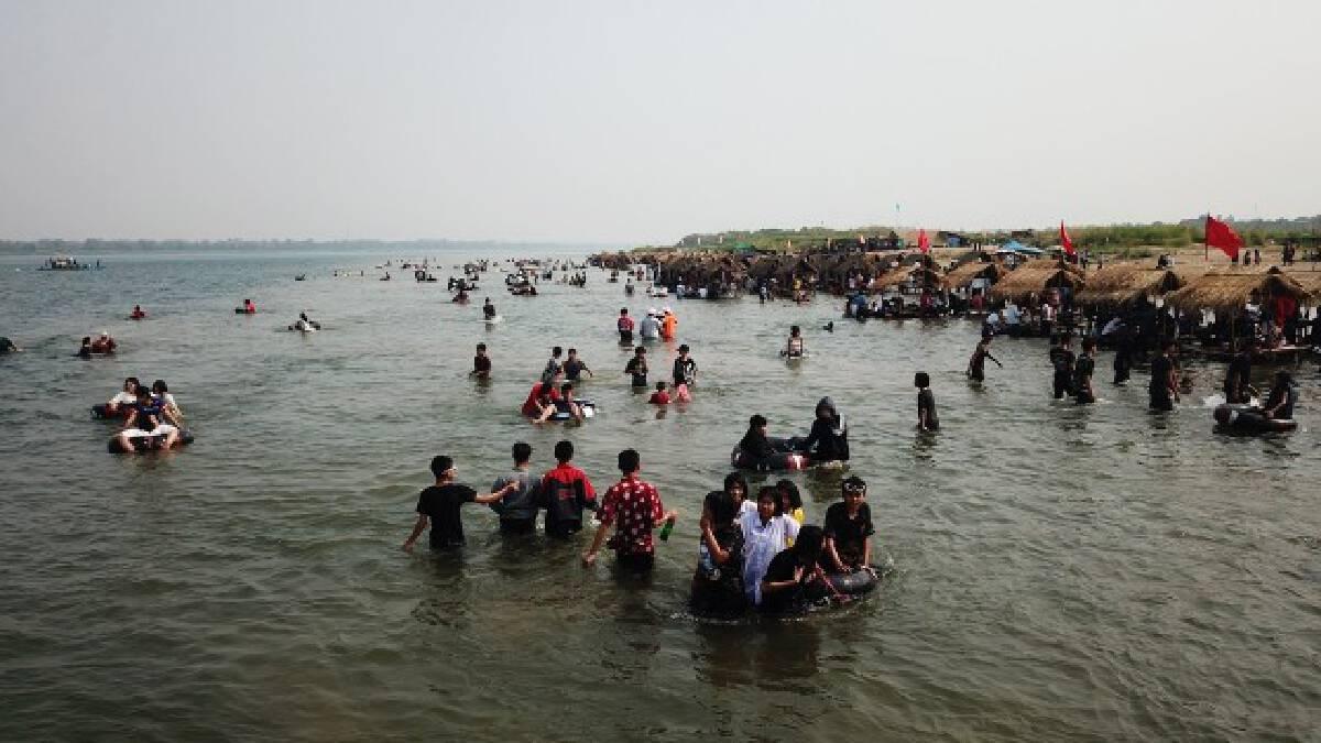 """หาดแห่""""ทะเลอีสาน""""กลางน้ำโขงคึกคักชาวบ้านเฮรายได้สะพัด"""