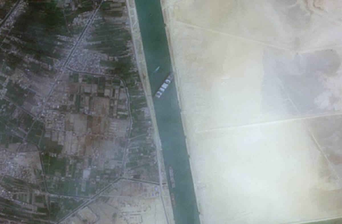 วุ่น! เรือเกยตื้นคลองสุเอซ ทำจราจรติดหนัก อาจต้องอ้อมข้ามทวีป
