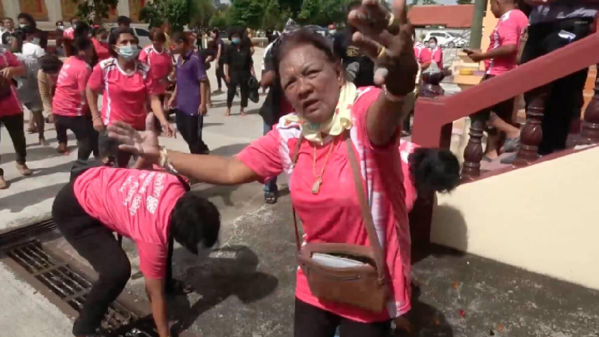 ฌาปนกิจศพไว้ทุกข์เสื้อสีชมพูพร้อมขบวนแห่สนุกสนาน