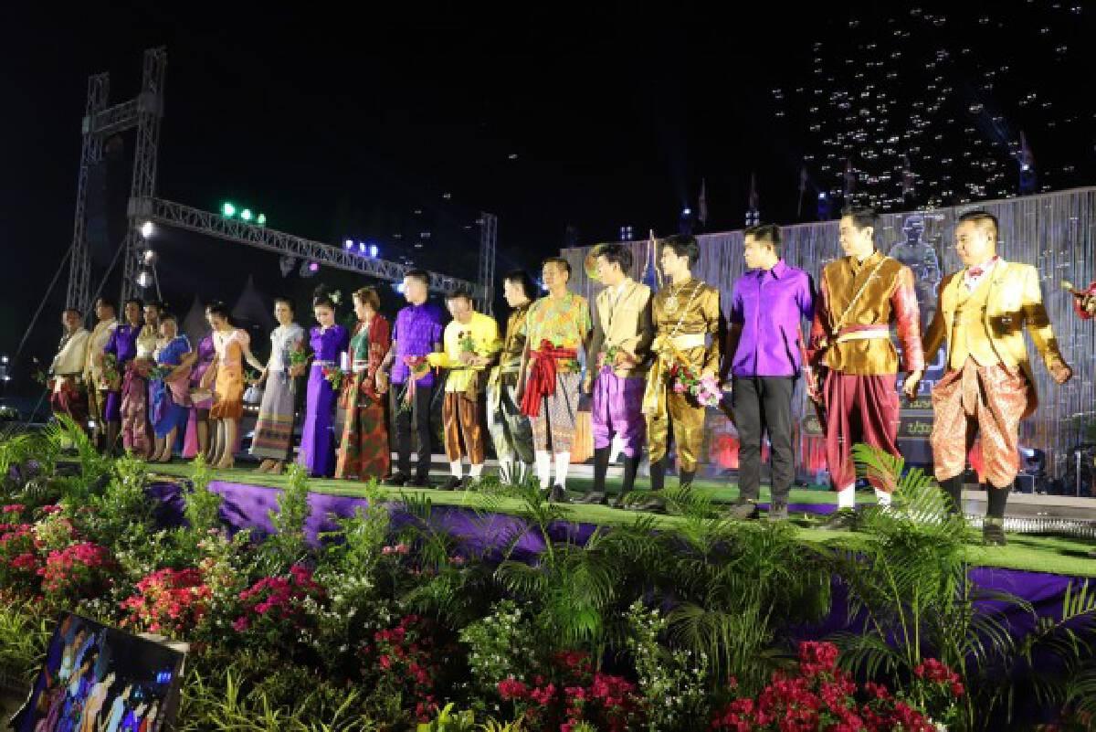 ผู้ว่าฯเดินแบบชุดผ้าไหมไทยลายขอเจ้าฟ้าสิริวัณณวรีฯ