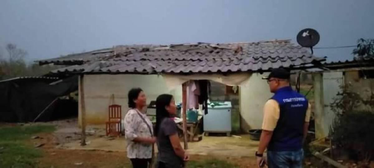 นอภ.เสริมงามเร่งช่วยเหลือชาวบ้านพายุพัดถล่ม