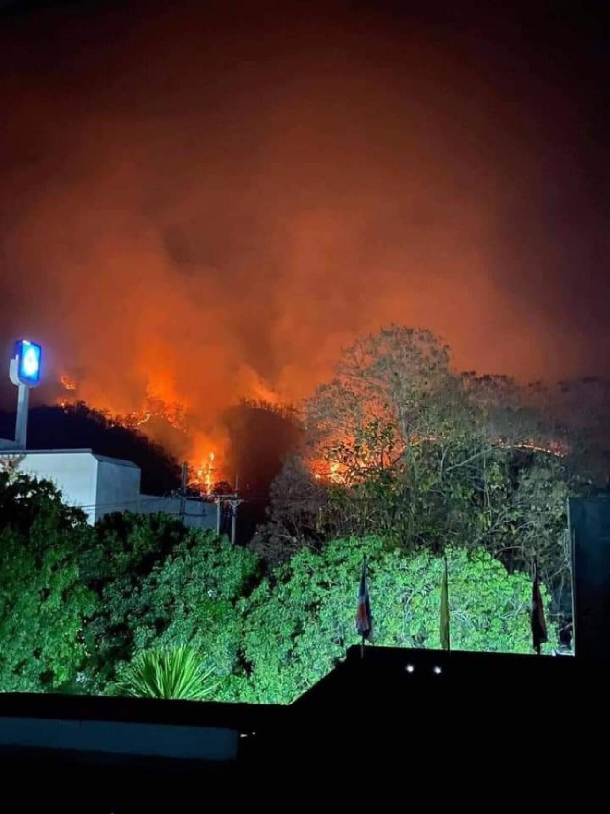 เปิดภาพไฟป่าเผาดอยสะเมิงยังกับเหตุการณ์ภูเขาไฟปะทุในต่างประเทศ เจ้าหน้าที่เร่งระดมสกัดสูญกว่า50 ไร่