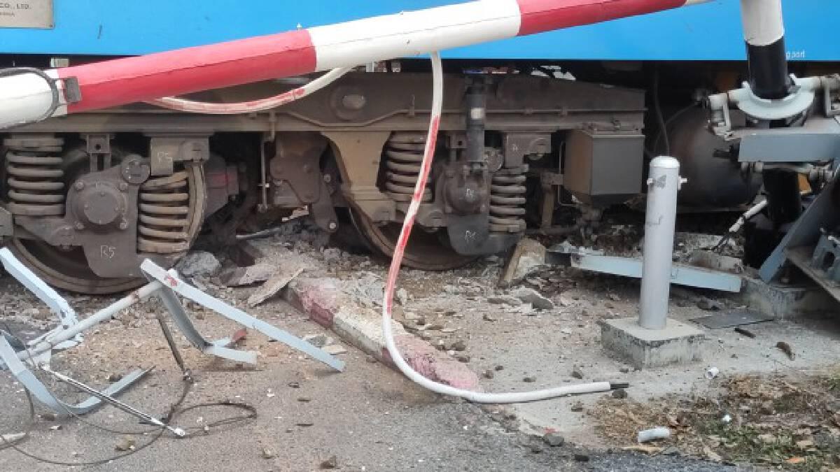 ระบบห้ามล้อขัดข้องหัวรถจักรทะลุรางพุ่งชนเครื่องกั้นและรถยนต์