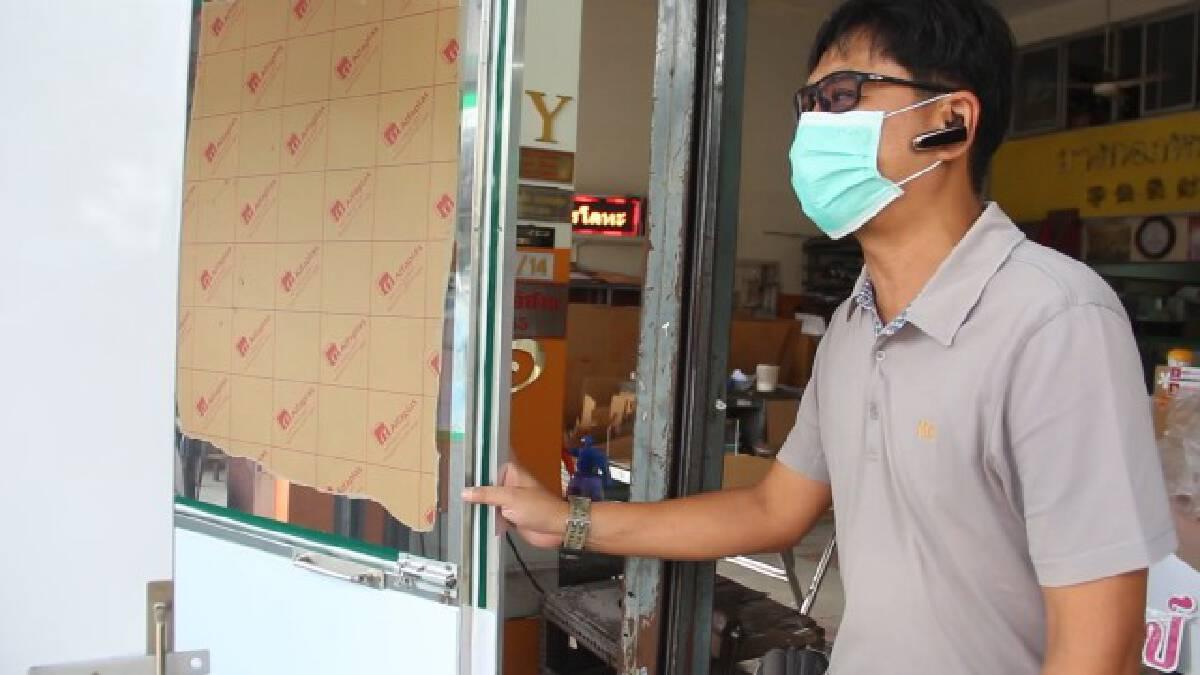 เจ้าของร้านป้ายและเพื่อนลงขันสร้างตู้ตรวจโควิดแบบสนามช่วยหมอพยาบาล