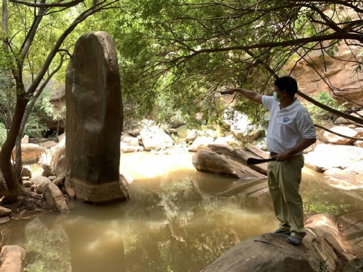 แผ่นหินเสมายักษ์ อันซีนน้ำตกเหวกระสังข์ โคราช