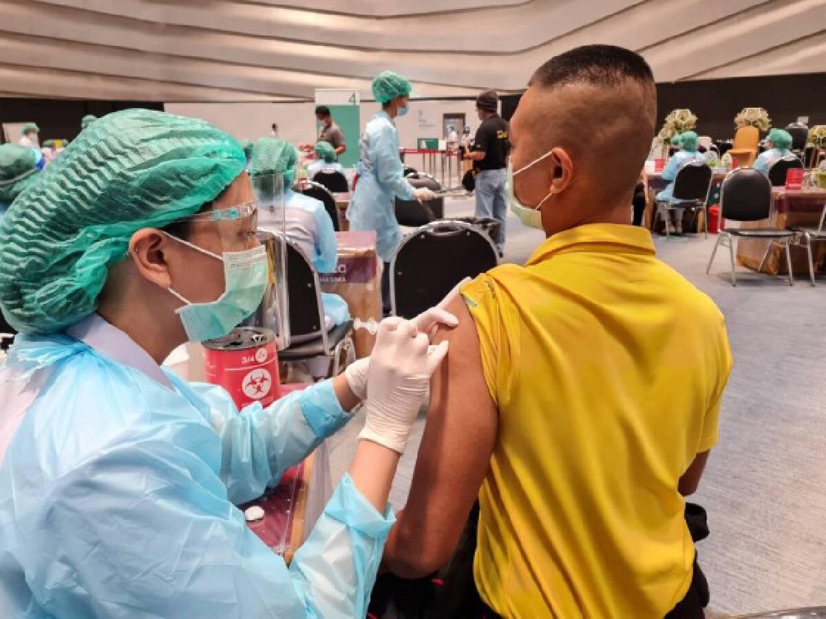 โคราชทำเก๋ แจกริสแบนด์รางวัลฉีดวัคซีนครบ 2 เข็ม