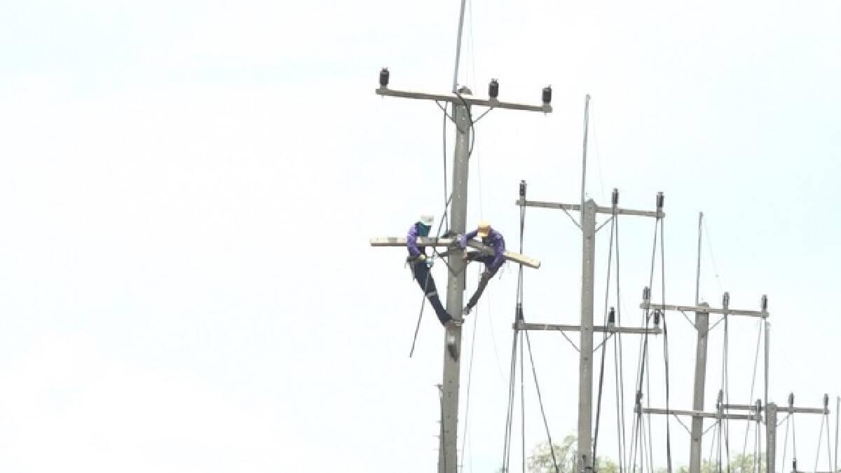 เร่งกู้และตั้งเสาไฟฟ้า 20 ต้น ถูกลมพายุกระหน่ำต้นไม้พาดล้มเป็นโดมิโน