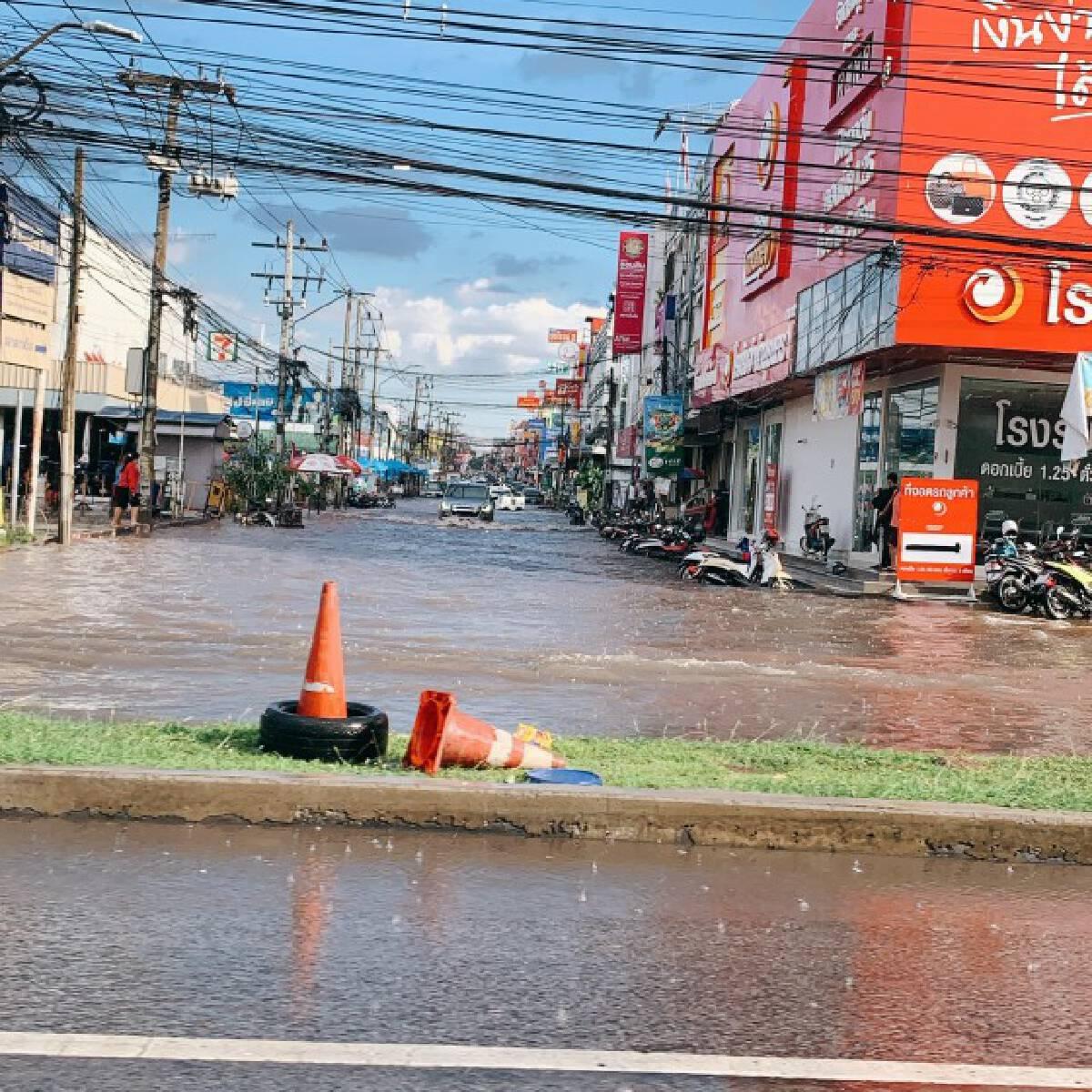ฟ้ารั่ว!ฝนตกหนักไม่ถึงชั่วโมง ตลาดนัดเปิดท้ายเซฟวันจม