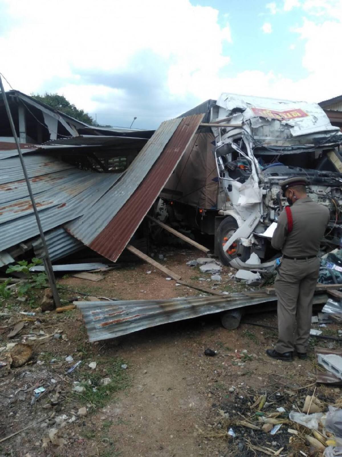 รถบรรทุกสิบล้อพ่วงเบรกแตกพุ่งชนบ้านพังยับ
