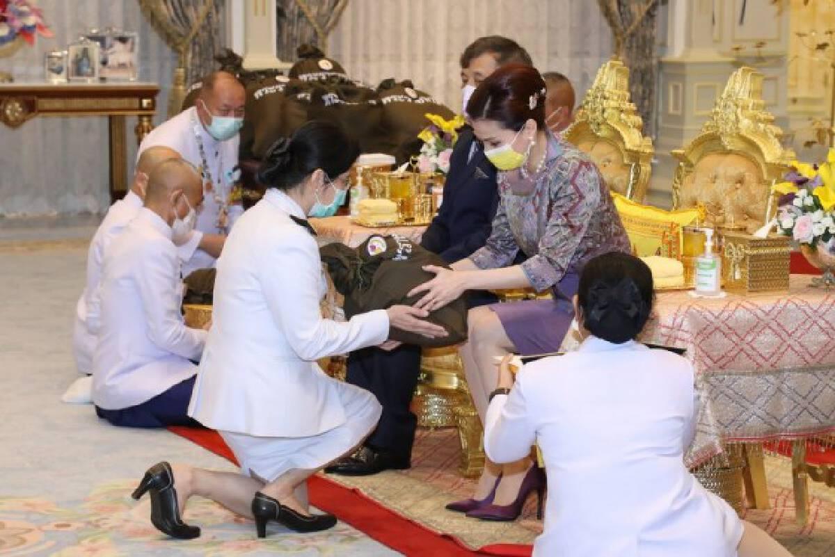 'ในหลวง-ราชินี' พระราชทาน 'ถุงพระราชทานกำลังใจ' แก่โรงพยาบาลแม่ข่ายและโรงพยาบาลสนาม