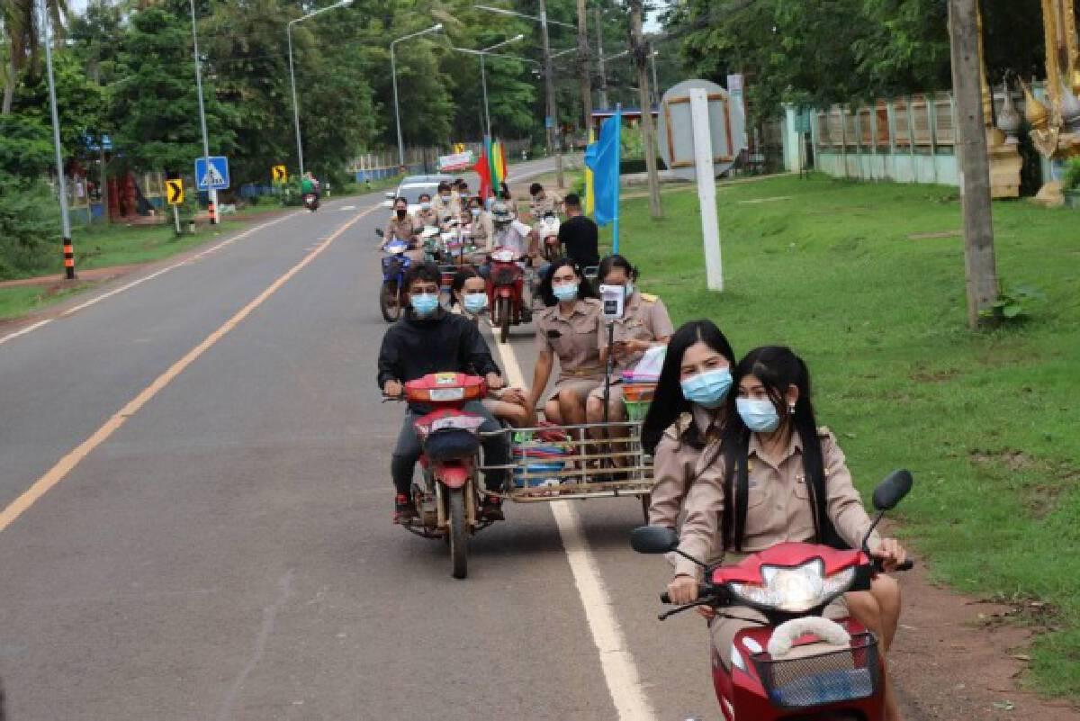 ครูนั่งรถจักรยานยนต์พ่วงข้าง ส่งตำราเรียนถึงบ้าน เลื่อนเปิดเรียน