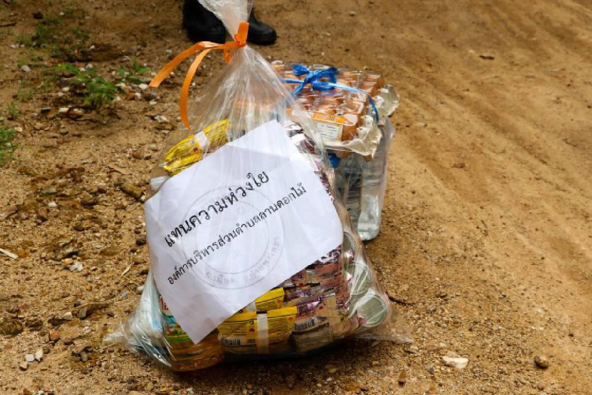 อบต.ลานดอกไม้-ส่งอาหารหน้าบ้านให้ผู้กักตัว