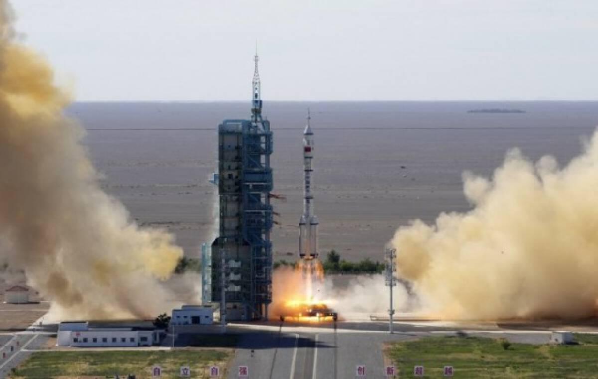 """จีนส่ง """"เสินโจว-12"""" เริ่มปฏิบัติการมนุษย์สร้างสถานีอวกาศครั้งแรก"""