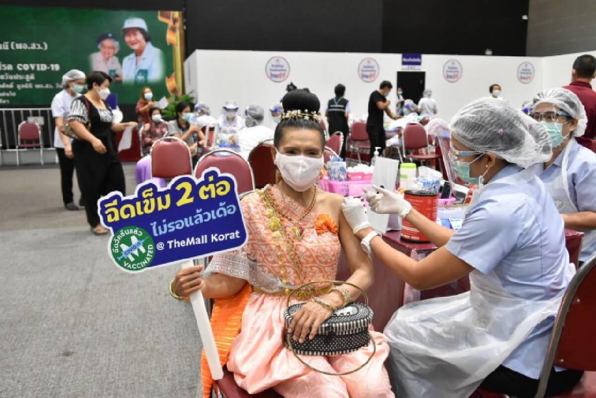 ฮือฮา..สาวใหญ่อดีตผญบ.แต่งชุดไทย ฉีดวัคซีนโควิด
