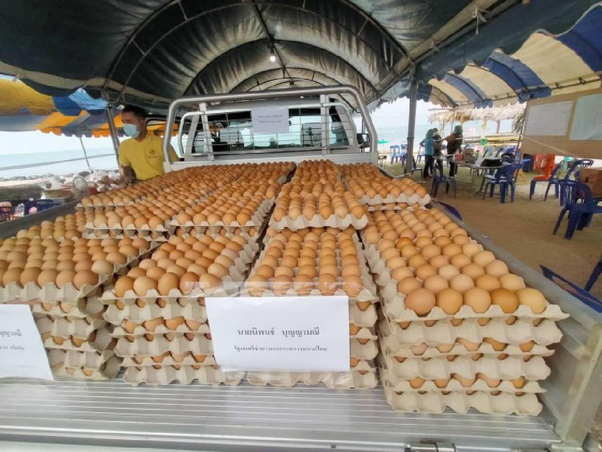 """""""นิพนธ์"""" แจกไข่ชุมชนเก้าเส้งหลังสั่งล็อคดาวน์ 14 วัน"""