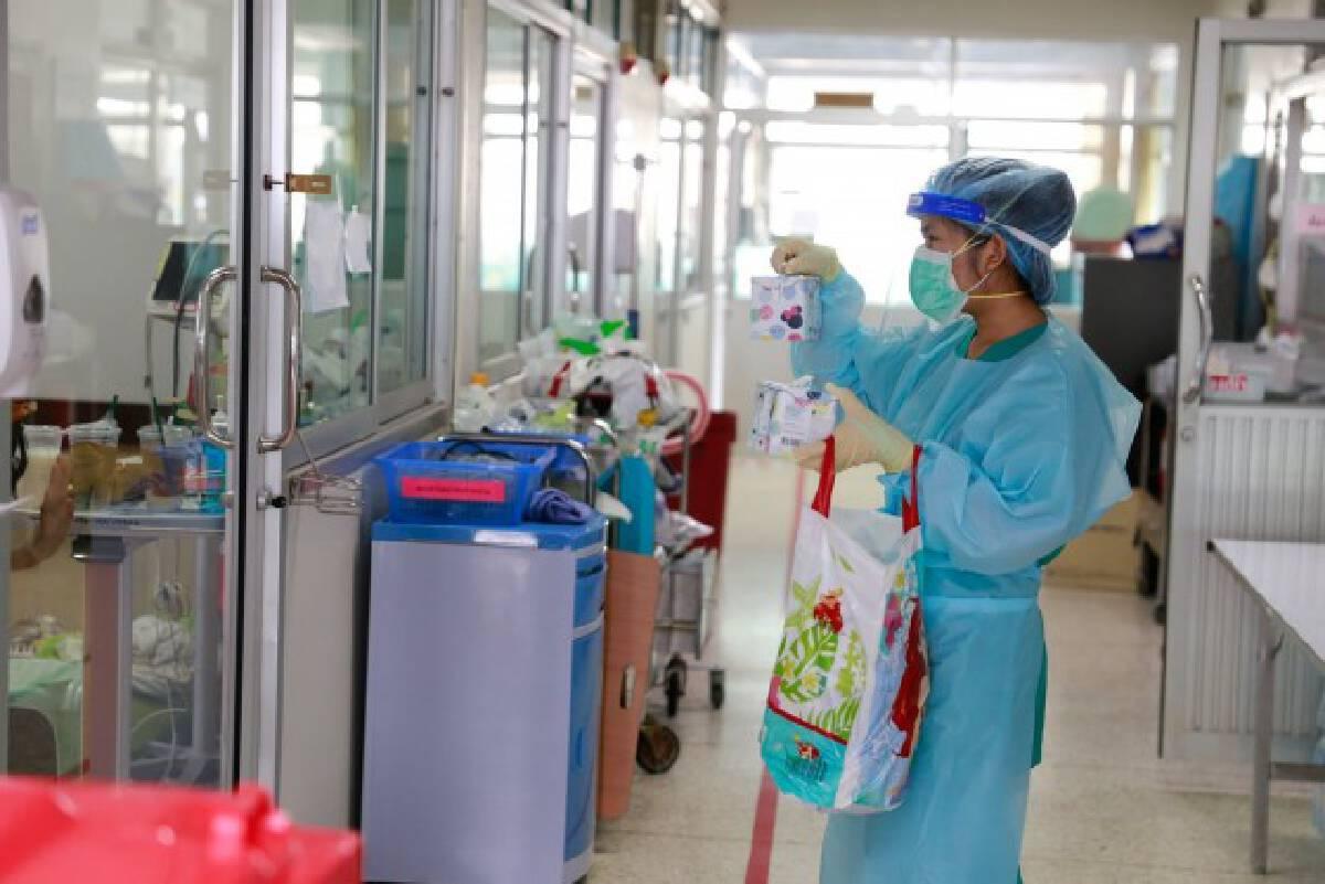รพ.มหาสารคาม ปลอบขวัญผู้ป่วย มอบของขวัญเป็นกำลังใจ