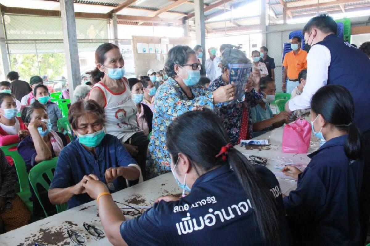 มอบแว่นตาเชิญชวนผู้สูงอายุฉีดวัคซีนหยุดเชื้อเพื่อชาติ