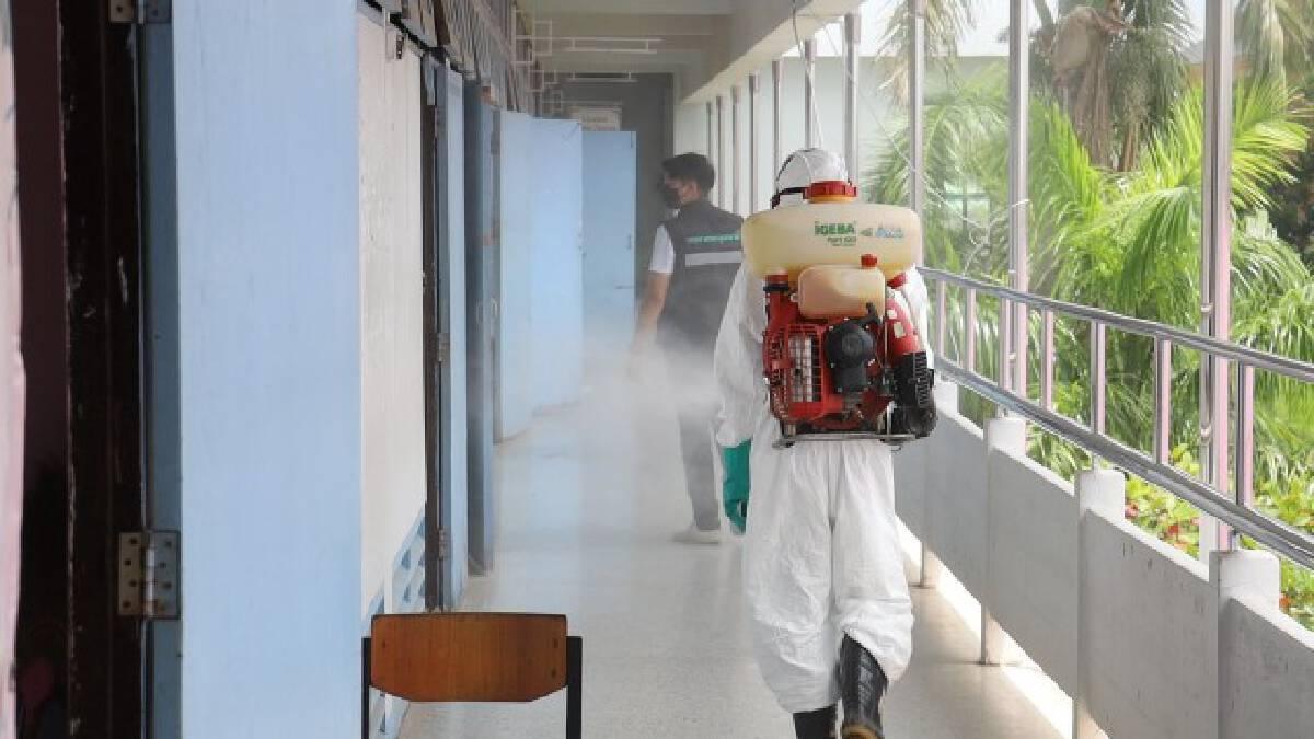 ทน.อุดรธานีเร่งพ่นยาฆ่าเชื้อโรงเรียนอุดรพิทหลังนักเรียนติดโควิด
