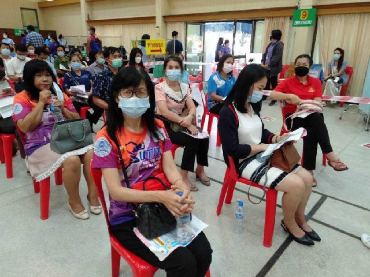 ครูอุตรดิตถ์300คนฉีควัคซีนโควิดเข็ม1