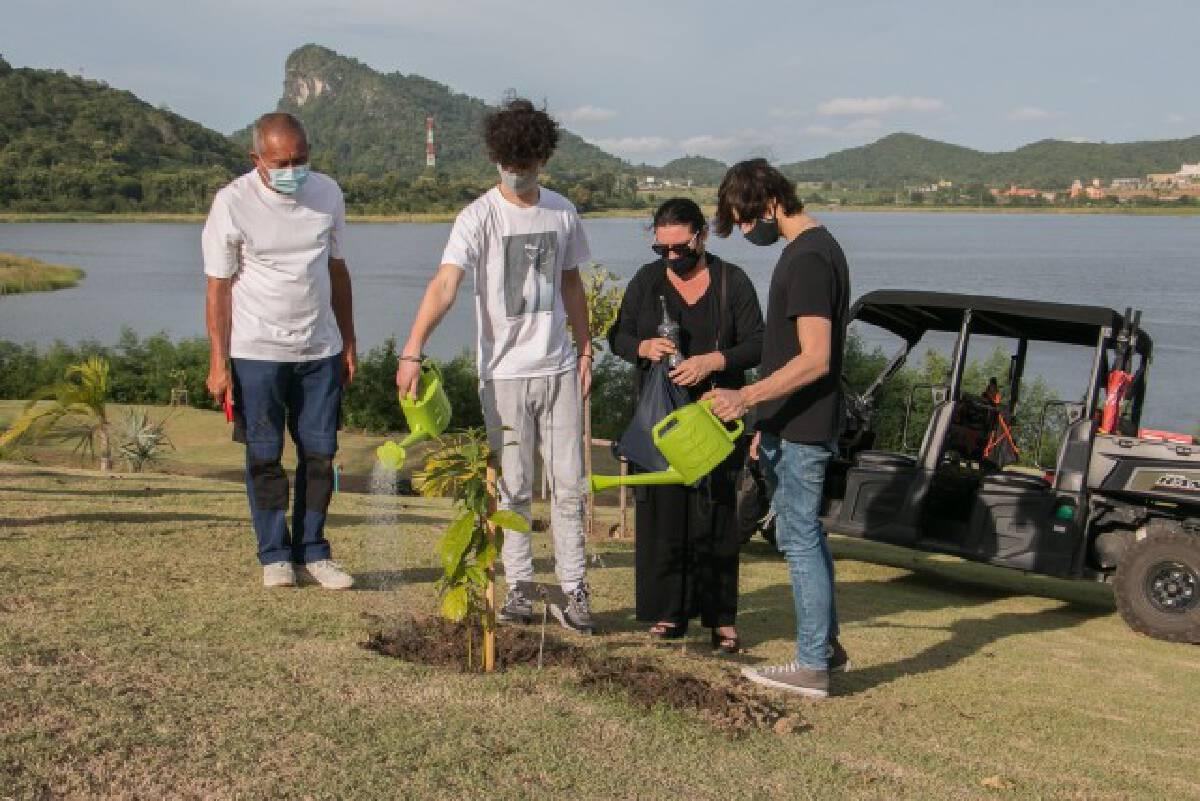 ครอบครัววางเถ้ากระดูกท่านทูตยูเครน คู่กับต้นอะโวคาโดเขาบันไดกฤษ