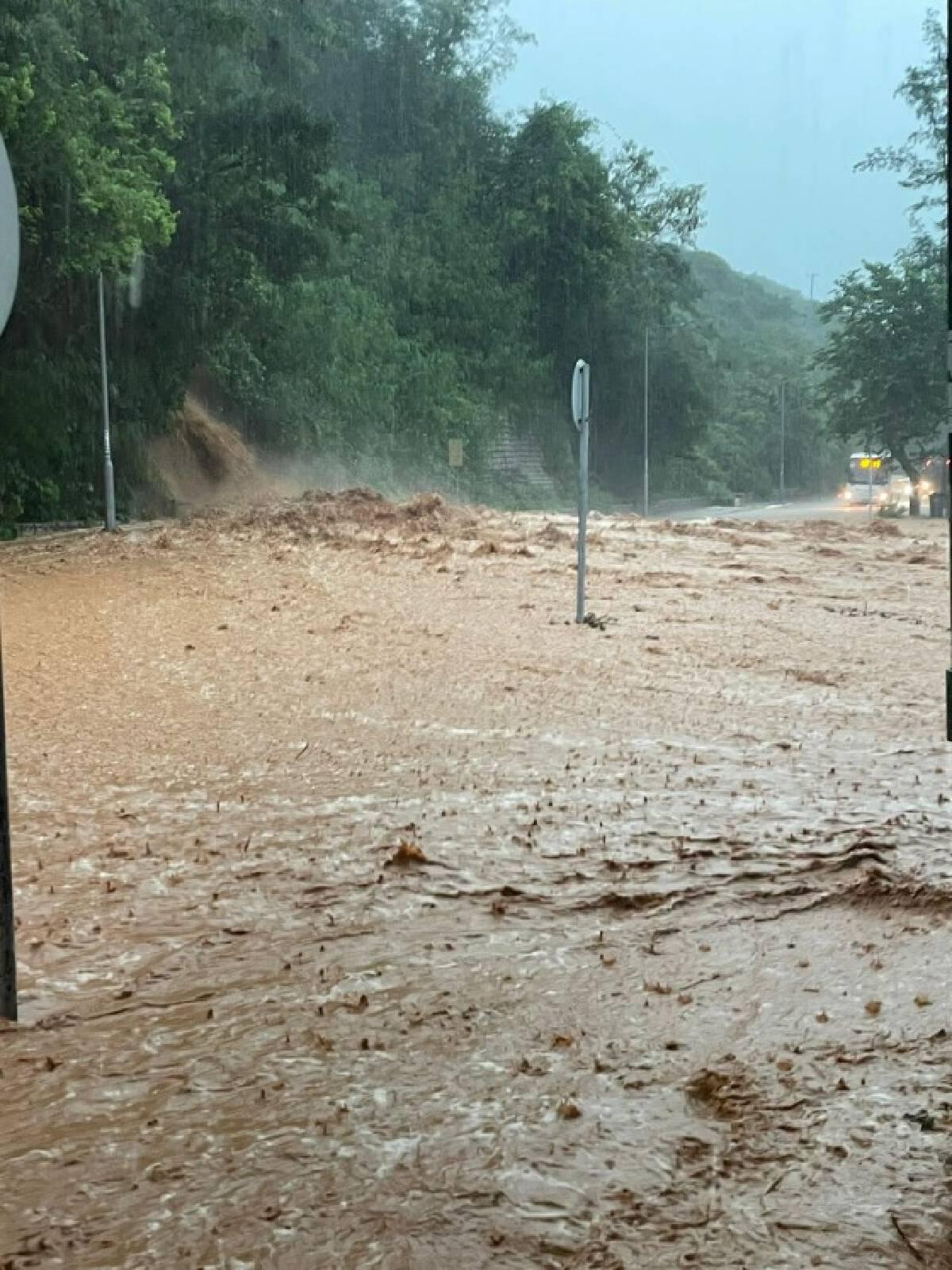 ฮ่องกงประกาศเตือนภัยระดับสูงสุด หลังเจอฝนตกหนัก-ดินถล่มหลายพื้นที่