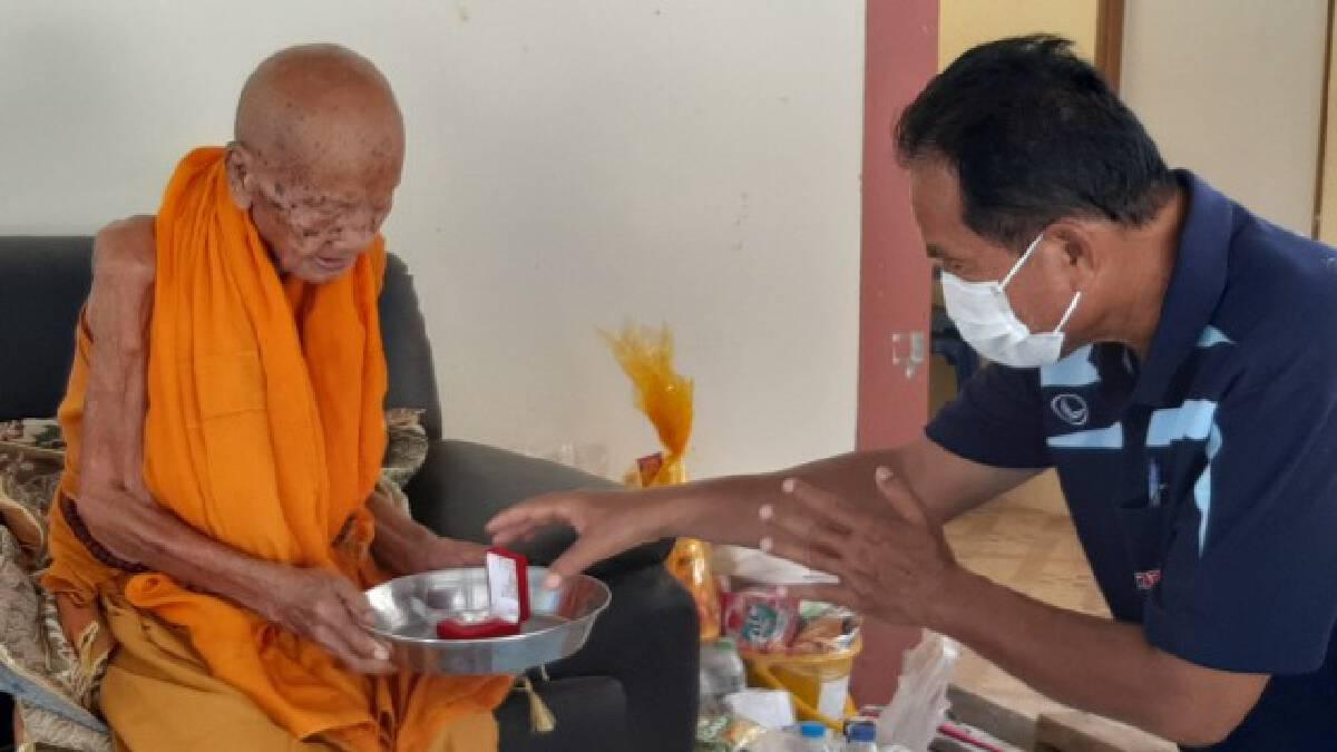 น่าทึ่ง ! หลวงปู่เกิดต้นรัชกาลที่ 6 สุขภาพแข็ง อายุ 103 ปี