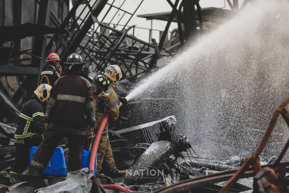 """บรรยากาศในช่วงสายของการควบคุมเพลิง """"โรงงาน หมิงตี้ เคมีคอล"""""""
