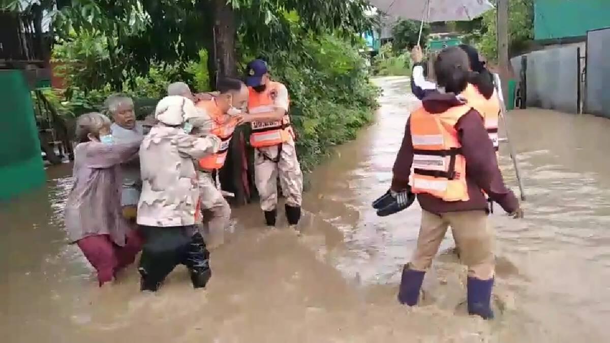 ฝนกระหน่ำทั้งคืนชาวแม่ระมาดอพยพผู้สูงอายุหนีน้ำป่าทะลัก