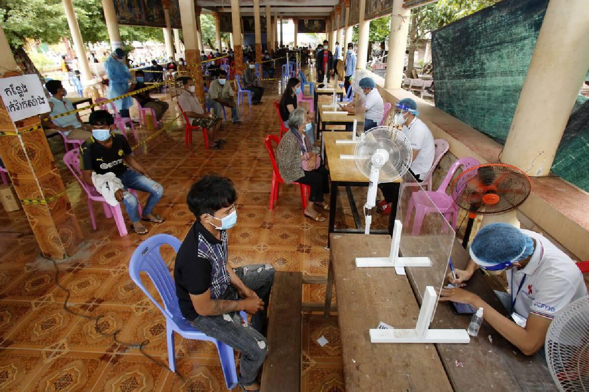 จุดฉีดวัคซีนป้องกันโรคโควิด-19 ในกรุงพนมเปญของกัมพูชา วันที่ 8 ก.ค. 2021