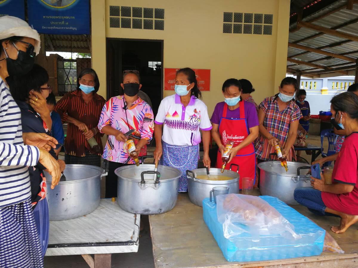 จิตอาสาชุมชนร่วมกันทำน้ำกระชายสมุนไพรสู้ภัยโควิด