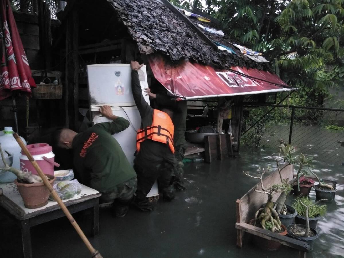 ฝนกระหน่ำทั้งวันทั้งคืนแม่ค้าริมเมยเร่งย้ายของหนีน้ำทะลัก