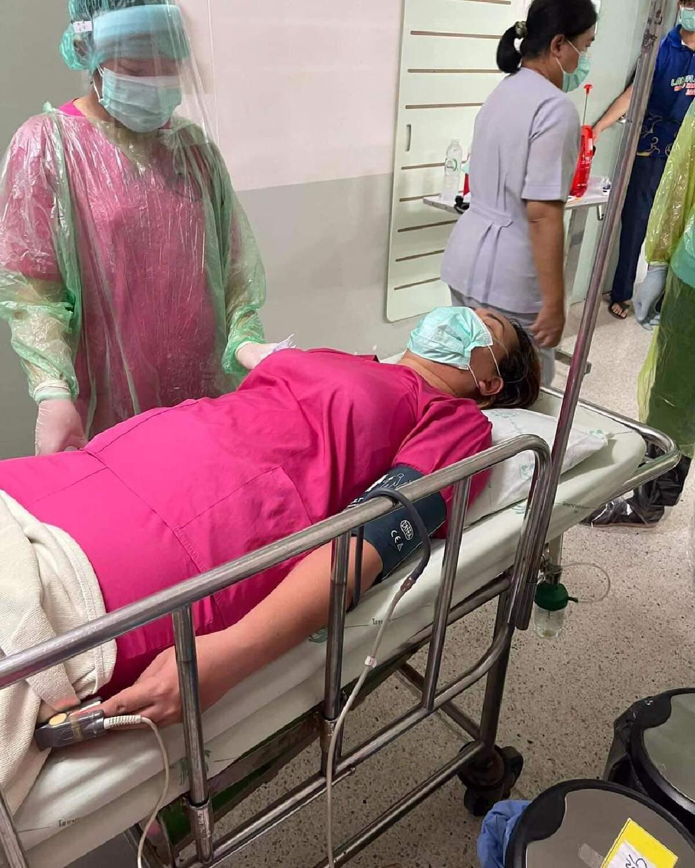 เหนื่อยล้า ผู้ช่วยพยาบาลเข้าเวรดูแลผู้ป่วยโควิดจนเป็นลม